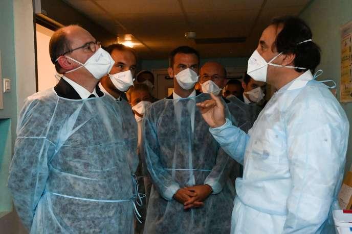 Le Premier ministre Jean Castex (à gauche) s'entretient avec des médecins du CHU de Montpellier (Hérault) le 11 août.