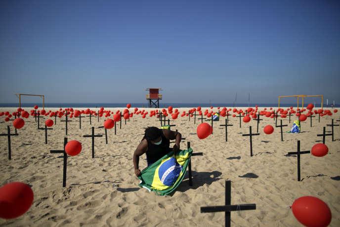 Un hommage aux victimes de Covid-19 à la plage de Copacabana le 8 août à Rio de Janeiro.
